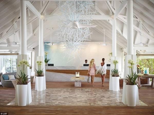 Khu nghỉ 5 sao cung cấp những dịch vụ ở đẳng cấp cao nhất. Giá phòng dao động từ 400 USD tới 1100 USD một đêm, trong đó, căn pool villa có bể bơi nổi riêng tư có giá 860 USD một đêm nghỉ.