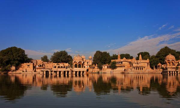Công trình kiến trúc nhìn ra hồ Gadisar ở Jaisalmer - Ảnh: wp
