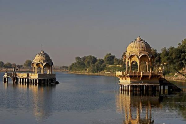 Công trình kiến trúc trên hồ Gadisar ở Jaisalmer - Ảnh: wp