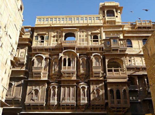 Tòa nhà Patwon Ki Haveli với hình trang trí bằng đá màu nằm trong một con ngõ hẹp là havelis lớn nhất Jaisalmer. Một trong những căn hộ trong tòa nhà có những tranh tường tuyệt mỹ - Ảnh: flickr