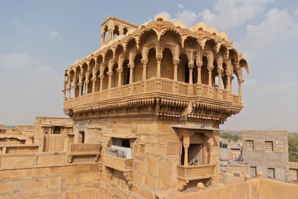 Salim Singh ki Haveli là một tòa nhà độc đáo và huyền bí với các tầng cao nhất đã bị phá hủy nhưng cấu trúc còn sót lại chứng tỏ đây từng là một công trình vĩ đại - Ảnh: wiki