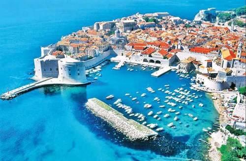 Dubrovnik nhìn từ trên cao với mái ngói đỏ nổi bật