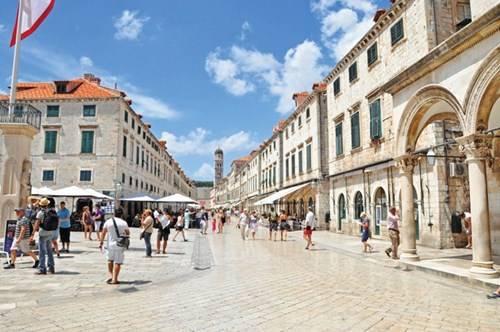 Trung tâm Dubrovnik với con đường lát đá mòn nhẵn qua năm tháng