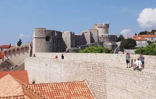 Từ tường thành cổ có thể ngắm toàn cảnh thành phố