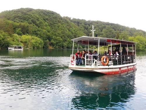 Thuyền đưa du khách tham quan hồ