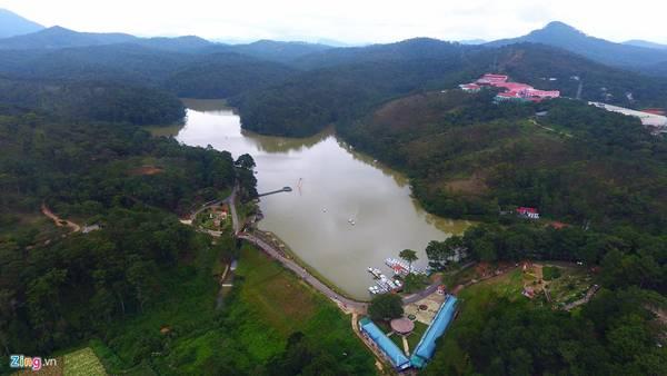 Thung lũng Tình yêu là một trong những thắng cảnh thơ mộng nhất Đà Lạt (Lâm Đồng), cách trung tâm thành phố khoảng 5 km về phía bắc.