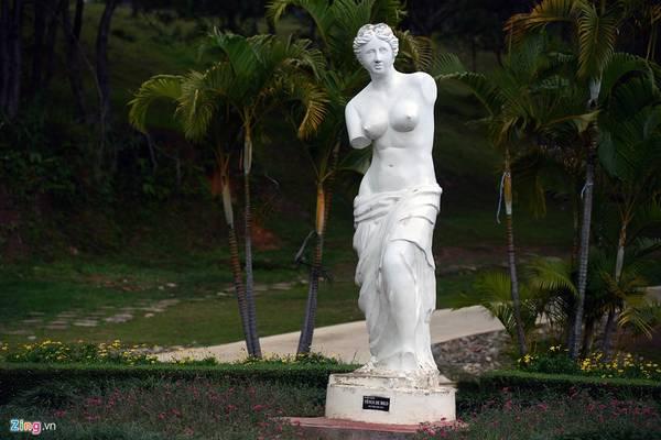 Tượng thần Vệ nữ trong công viên.