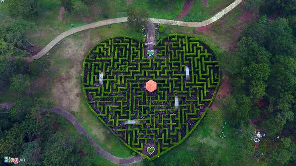 Các điểm vui chơi, bồn hoa cây cảnh đều được trang trí các hình dáng mang ý nghĩa cho tình yêu.