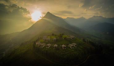 top-5-khach-san-resort-chi-can-voi-tay-mot-cai-la-ngo-nhu-cham-may-troi-ivivu-6