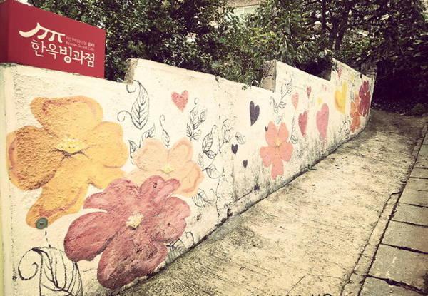 Một bức vẽ trang trí bên đường làng - Ảnh: Na Hồ