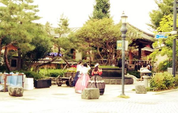 Du khách mặc hanbok đi lại trên đường - Ảnh: Na Hồ