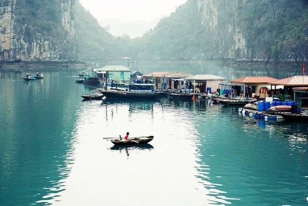 Việt Nam có lịch sử phát triển phong phú với nền văn hoá lâu đời và ẩm thực độc đáo. Trải nghiệm thú vị khi tới Việt Nam phải kể tới hành trình dọc theo sông Cửu Long - một cách tuyệt vời để khám phá đất nước, thăm thú vườn quốc gia, những rặng san hô đẹp và các đầm phá lớn nhất thế giới. Trên hình là làng chài trên vịnh Hạ Long - nơi được nhiều du khách nước ngoài yêu thích.