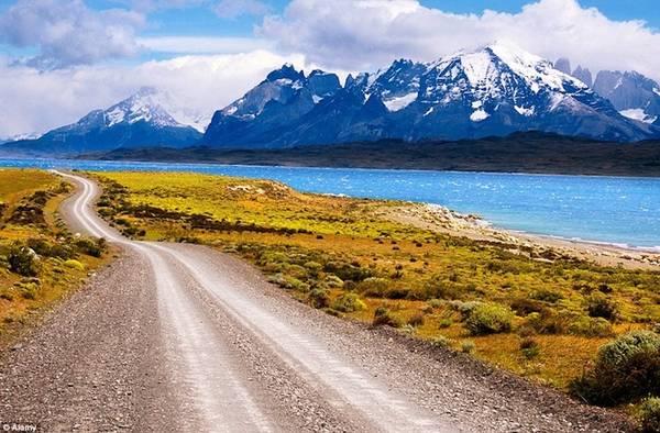 Phân chia giữa Chile và Argentina, Patagonia đem đến những cảnh quan tuyệt đẹp của sông băng, hồ và núi phủ tuyết trắng. Vườn quốc gia Torres del Paine của Patagonia được đánh giá là một trong những nơi còn nguyên vẹn nhất trên trái đất và là khu dự trữ sinh quyển của UNESCO.