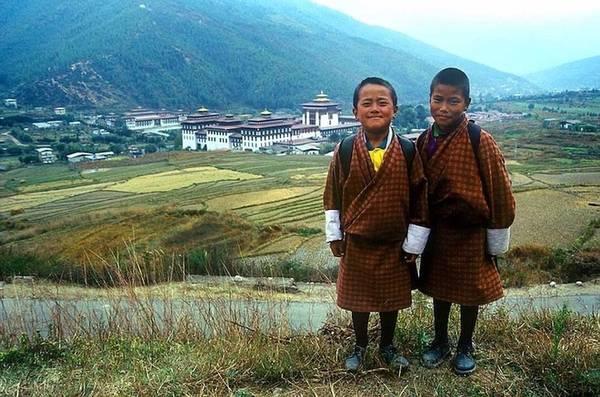 Bhutan là một vương quốc nhỏ bé và ít được ghé thăm nhất thế giới. Tuy nhiên, sự phát triển du lịch chậm rãi lại là cách để Bhutan bảo tồn tài nguyên thiên nhiên và bảo vệ nền văn hoá. Du khách đến đây có thể ghé thăm các loài động vật hoang dã trong khu bảo tồn, đồng thời tìm hiểu về cuộc sống, con người Bhutan, nơi được biết đến như mảnh đất của hạnh phúc và bình yên.