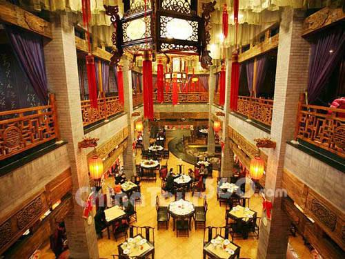 Theo đánh giá của nhiều du khách, đia chỉ có vịt quay Bắc Kinh ngon nhất là những quán nằm trên đường Vương Phủ Tỉnh - con phố được mệnh danh là không ngủ ở thủ đô Trung Quốc. Ảnh: Ebeijing.