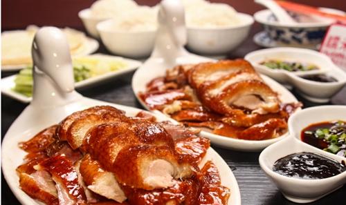 Nhiều du khách khi tới Bắc Kinh ăn vịt quay thường rất ngạc nhiên, vì bữa tiệc thịnh soạn mà họ được nhà hàng chiêu đãi chỉ có một món chính là vịt. Người Trung Quốc gọi đó là