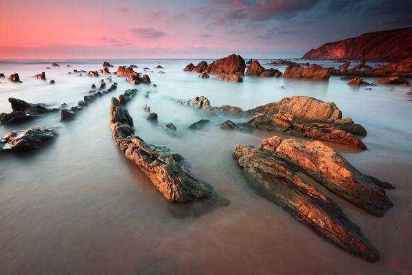 Bao bọc xung quanh bờ biển là những vách núi dựng thẳng đứng.