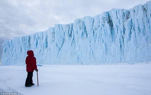 Nam Cực là một trong những nơi lạnh nhất trên trái đất, với nhiệt độ -55 độ C và tốc độ gió 100 km/h. Đây là bức hình Christine Powell đứng đối diện sông băng Barne.