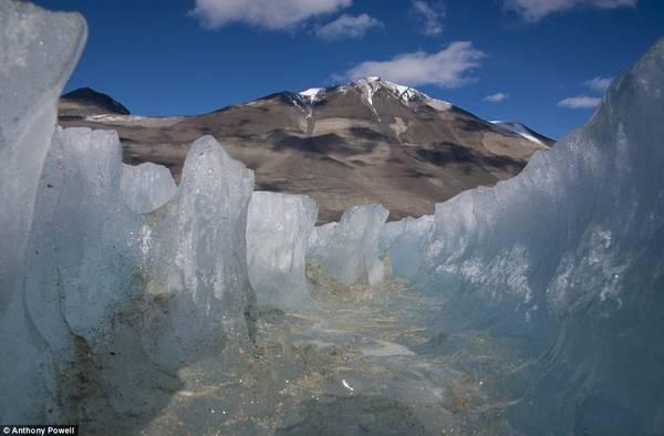 Đây là một vết nứt tại hồ băng Vanda, một hồ nước siêu mặn, đóng băng quanh năm. Tuy nhiên, hồ vẫn có ba lớp riêng biệt và lớp sâu nhất có thể có nhiệt độ tới 26 độ C.