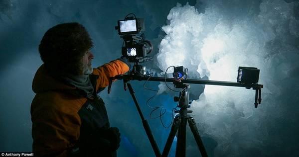 Khi làm việc tại Nam Cực, Powell bắt đầu quay một bộ phim tài liệu về cuộc sống hàng ngày của những người sống ở đây, đặc biệt là những người ở lại vào mùa đông. Nhiệt độ thấp, gió mạnh khiến công việc này vô cùng khó khăn.