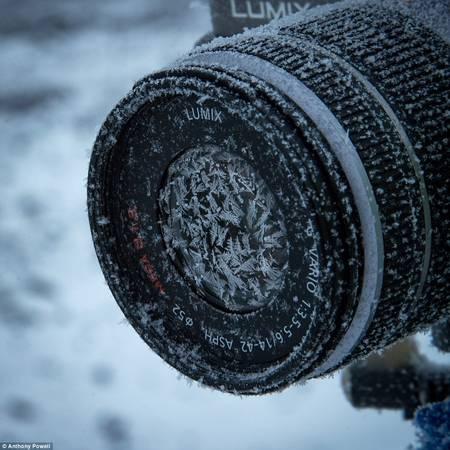 Hầu hết các đoàn làm phim chỉ ở lại Nam Cực vài tuần, nhưng Anthony đã ở lại đây vào mùa đông, trải nghiệm nhiều kỹ thuật quay phim khác nhau. Thử thách rõ ràng khi các ống kính bị đóng băng.