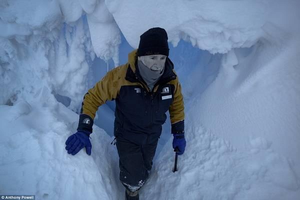 Những người ở lại Nam Cực cũng sẽ bỏ lỡ điều bình dị của cuộc sống thường ngày ở nơi khác, như bánh mì nướng, hương thơm hoa. Hình ảnh chụp Anthony trong động băng.