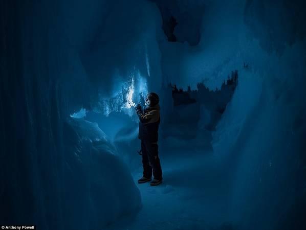 Mùa đông và hè có sự chênh lệnh ánh sáng mặt trời rất lớn. Vào mùa đông, cả ngày và đêm đều tối đen còn vào mùa hè, mặt trời chẳng bao giờ lặn. Đây là một trong những hang động băng ở Nam Cực.