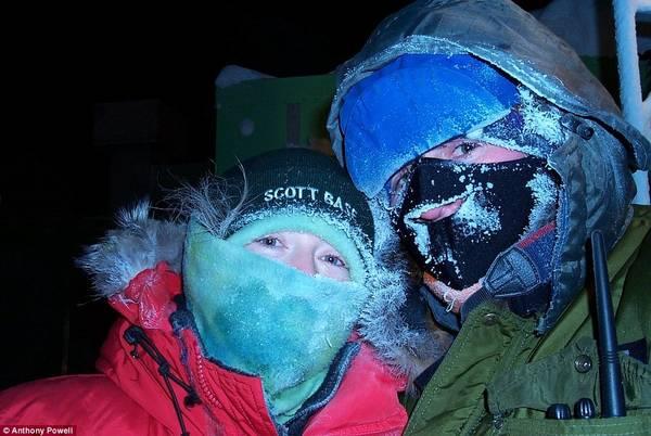 Anthony nói rằng để ở được nơi này, bạn phải sẵn sàng tâm lý từ bỏ những sự tiện nghi, thoải mái. Đây là bức ảnh mà đôi vợ chồng bịt kín mít. Anthony và vợ ông đã gặp nhau, đính hôn rồi kết hôn. Sau đó, cả hai người cùng làm việc ở Nam Cực.