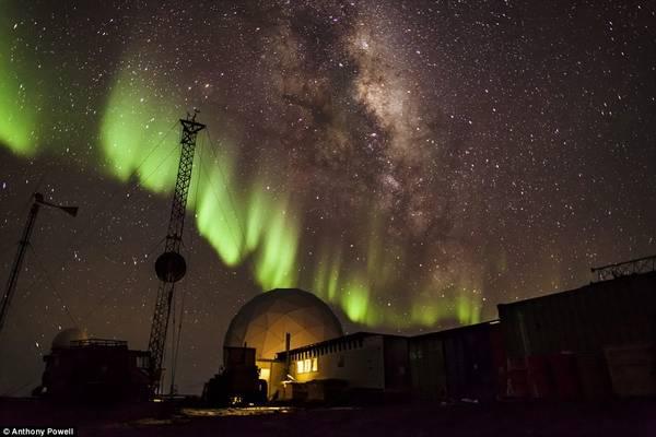 Nhờ vị trí độc đáo của Nam Cực, người ta có thể được chiêm ngưỡng một số những hiện tượng thời tiết ngoạn mục. Đây là hình ảnh cực quang trên một trạm tại Black Island.