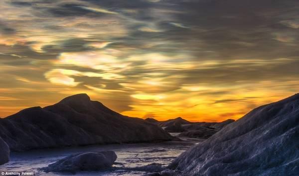 Cuối mùa đông, mây xà cừ sẽ xuất hiện. Đó là do vị trí của mặt trời, một quang phổ cầu vồng sẽ chiếu lên những đám mây trên bầu trời.