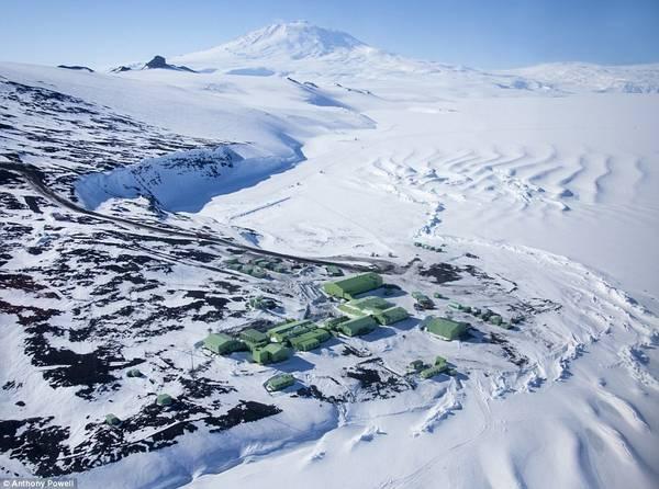 Các quốc gia lập 30 cơ sở cho các nhà khoa học hoạt động ở đây. Bức hình này chụp Scott Base của New Zealand. Vung dat gia lanh duoi -50 do C