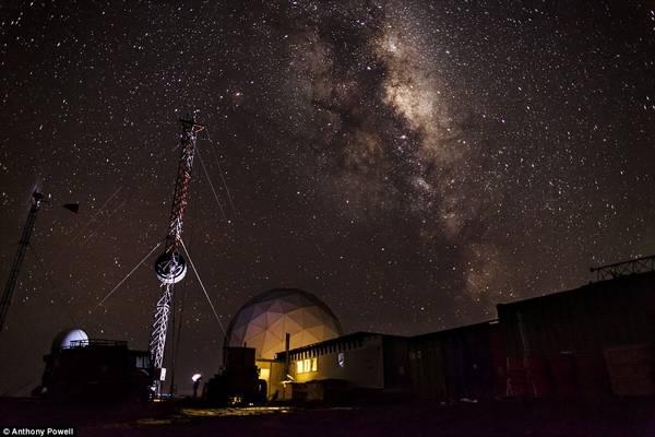 Do không bị ô nhiễm ánh sáng, từ đây ta có thể nhìn rõ bầu trời đầy sao. Trong ảnh là dải ngân hà rực rỡ chụp từ trạm Black Island.