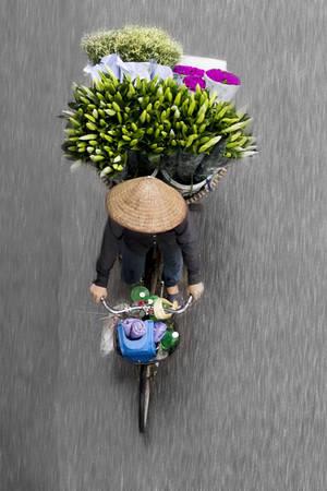 Từng sống ở Hà Nội 4 năm, Loes Heerink cho biết, những người bán rong trên đường phố đã truyền cho cô nguồn cảm hứng để thực hiện một bộ sách ảnh ngay khi đến Việt Nam.