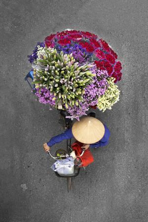 Loes cũng dành thời gian để trò chuyện với những người bán hàng. Họ chia sẻ với cô về kế sinh nhai của mình bằng việc bán hoa quả, rau củ và những thứ khác trên chiếc xe đạp.