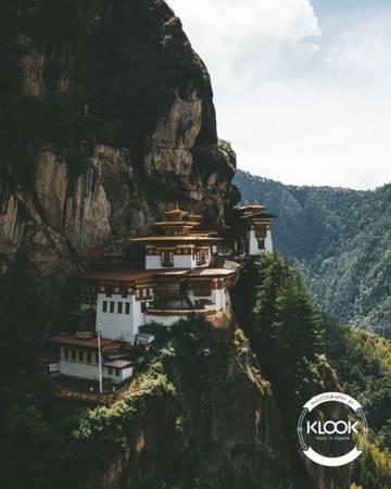 Dành 3 tiếng để leo bộ đến Tiger's Nest Tiger's Nest có tên là tu viện Paro Takstang - một trong những nơi linh thiêng nhất của Bhutan. Vào bên trong tu viện du khách không được sử dụng các thiết bị quay chụp, tuy nhiên khi tới đây bạn vẫn có thể tận hưởng không gian qua từng bước đi. Nửa đầu hành trình là những bậc thang dốc, nhưng có đoạn bạn được đi bằng ngựa nên không phải lo lắng mất quá nhiều sức.