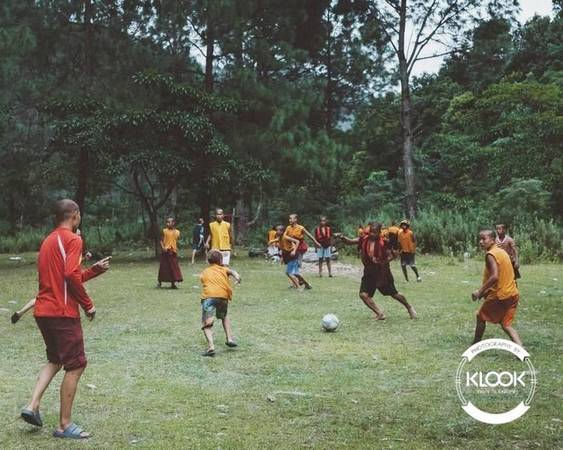 ìm hiểu cuộc sống thường ngày của các nhà sư Du khách đến Bhutan có thể bắt gặp một buổi cắm trại của các nhà sư nhí bên cạnh không gian sôi động với nền nhạc hiện đại, hoặc họ đang chơi bóng chuyền, bóng đá...