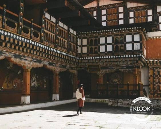 """Khám phá các kỳ quan kiến trúc Bhutan là một đất nước có kiến trúc đặc biệt, vừa đơn giản vừa công phu. Màu sắc và các thiết kế được kết hợp tạo nên """"bữa tiệc"""" đã mắt người xem. Những lớp mái bằng nổi bật và tô điểm cho công trình thêm cuốn hút. Điểm đặc biệt là các tòa nhà thường được xây ở vách núi hoặc trên đỉnh núi."""