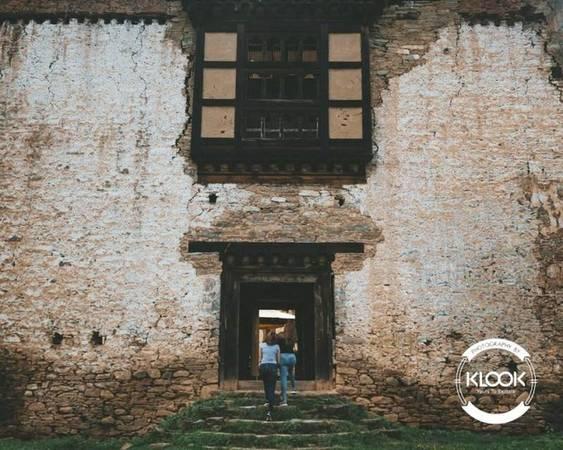 Lạc bước đến những công trình cổ  Không chỉ nổi tiếng với lịch sử giàu có, Bhutan còn giữ lại rất nhiều công trình cổ. Những ngôi nhà đá cũ ở đây khiến bạn cảm giác như đang bước vào một câu chuyện lãng mạn không hồi kết. Du khách có thể đến thành phố Punakha để nhìn ngắm những công trình cổ vẫn được gìn giữ nguyên vẹn.