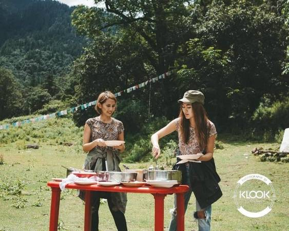 Thưởng thức buổi picnic với người địa phương Một trong những kỷ niệm đáng nhớ nhất của bạn có thể là bữa ăn ở Bhutan, trong không gian xanh mát của một đồng cỏ rộng cùng dân địa phương. Các món ăn đặc trưng như ema datshi (phô mai ớt), kewa datshi (phô mai khoai tây)...