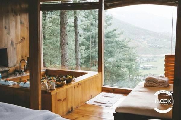 Nghỉ dưỡng trong các căn nhà gỗ Bạn nghĩ một đất nước chưa phát triển như Bhutan không thể có chốn ở sang trọng và xa hoa, thực tế hoàn toàn khác. Bhutan có nhiều địa điểm cho du khách nghỉ dưỡng, bên ngoài có thể trông mộc mạc nhưng nội thất thực sự đáp ứng được yêu cầu của bạn. Nổi bật nhất là khách sạn Uma tại Paro có vị trí rất đẹp, cho phép du khách ngắm nhìn thiên nhiên ở mọi ngóc ngách.