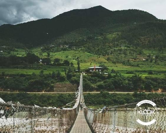 Đi trên cây cầu treo dài nhất Bhutan Cầu được bắc qua sông Po Chu ở thành phố Punakha, cả người dân địa phương và du khách đều yêu thích địa điểm này và thường xuyên qua lại nơi này. Những tấm vải màu sắc được buộc dọc theo cầu khiến nó trở thành điểm chụp ảnh lý tưởng cho dân du lịch.