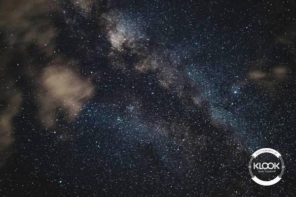 Ngắm bầu trời đầy sao hàng đêm Bạn sẽ có cảm giác như đang được ngắm bức tranh nổi tiếng Starry Night của Van Gogh bởi bầu trời cao rộng, không bị ô nhiễm và đặc biệt là trên nền của những rặng núi thuộc dãy Himalaya. Nếu bạn là một người yêu nhiếp ảnh, đây sẽ là cảnh không thể bỏ qua.