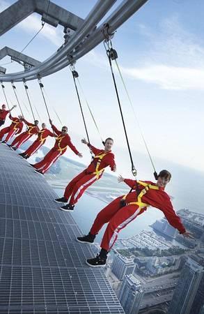Du khách treo mình trên một dây thép, hai tay buông tự do rồi ngắm nhìn cảnh vật từ…mép tòa tháp CN