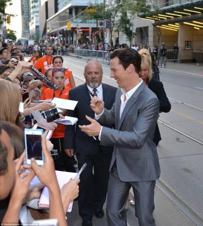 Nam diễn viên Benedict Cumberbatch ký tên tặng người hâm mộ bên lề Liên hoan phim Toronto