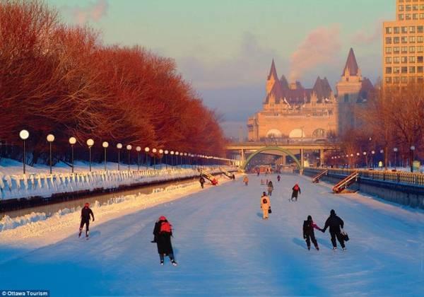 Vào những tháng mùa đông, kênh Rideau ở Ottawa trở thành một sân trượt băng