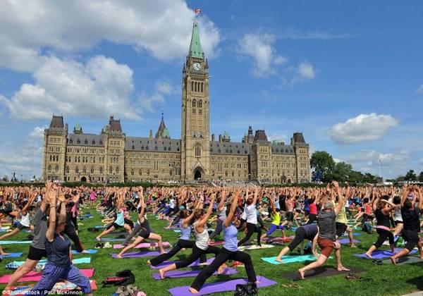 Hàng trăm người mang theo thảm để cùng nhau tập yoga ở đồi Parliament