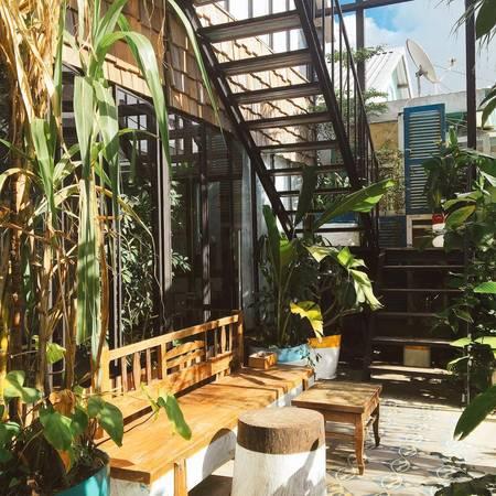 Khoảng vườn nhỏ xinh xăn ngay dưới nhà.