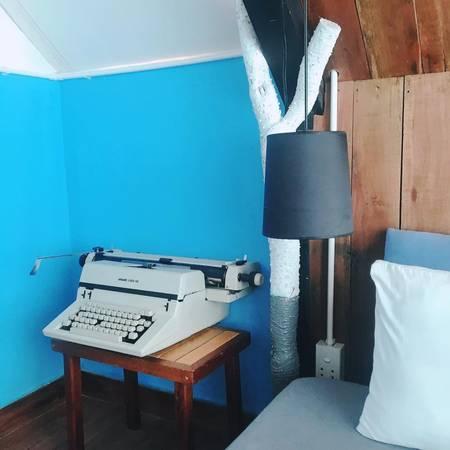 Trong phòng còn có máy soạn thảo văn bản kiểu vintage.