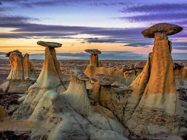 Khu vực bảo tồn hoang dã Ah-Shi-Sle-Pa, New Mexico. Nơi này có di tích gỗ hóa thạch, xương khủng long..., và nổi tiếng với những khối đá hình ống khói, cây nấm. Ảnh: Getty.