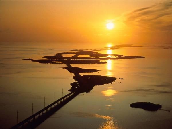 Cầu Seven Mile, Florida Keys. Khu vực này có 2 cây cầu, trong đó có cây cầu mới xây dài gần 7 dặm như tên gọi (11 km), ngắn hơn cầu cũ một chút. Tháng tư hàng năm, cầu ngừng lưu thông khoảng 2,5 giờ đồng hồ vào một buổi sáng thứ bảy để tổ chức thi chạy marathon. Ảnh: Getty.